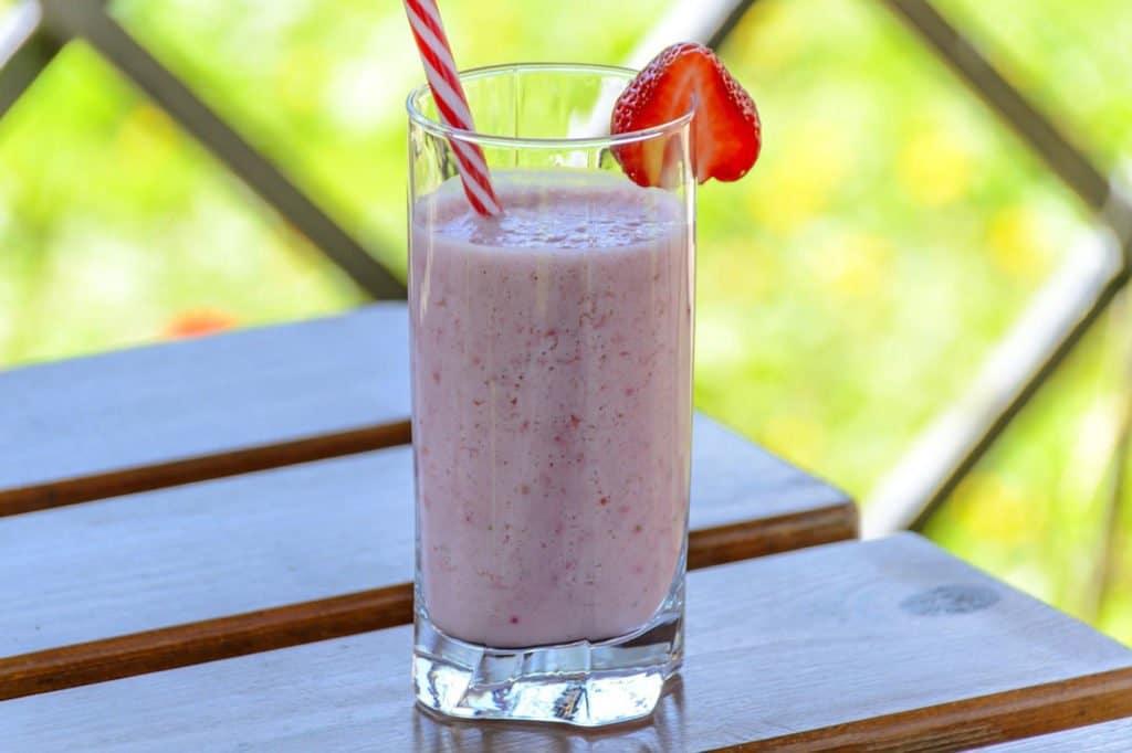 Le kéfir est une boisson au lait fermenté qui contient des probiotiques bénéfiques pour la santé intestinale