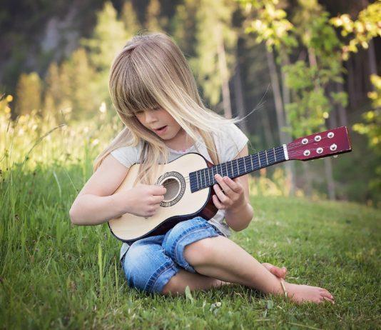 La première guitare de votre enfant : guitare électrique ou acoustique ?