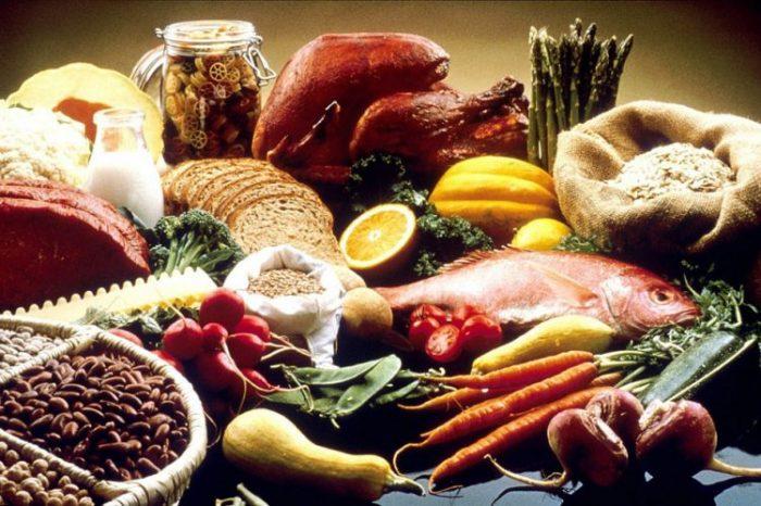 Aliments sains : fruits, légumes, céréales, poisson