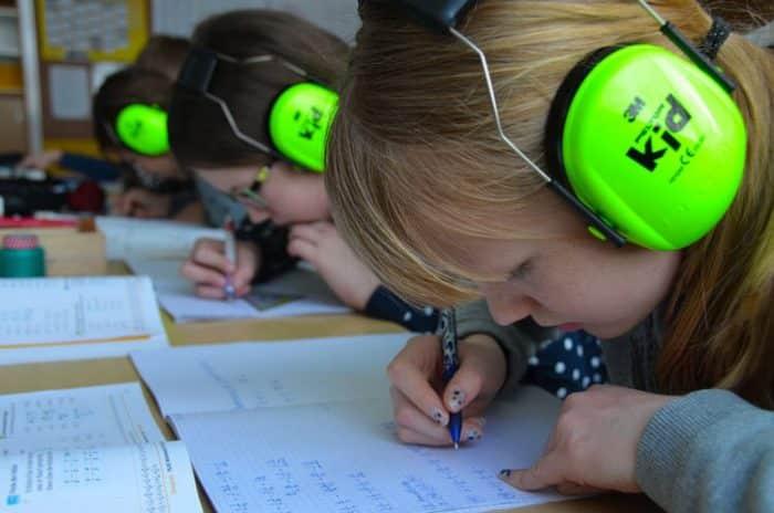 Le port d'un casque antibruit pour enfant est recommandé en particulier dans les salles de classe et les cours de récréation.