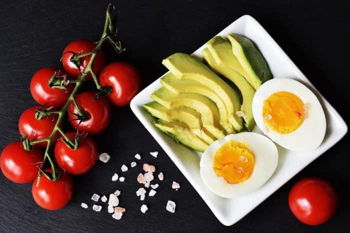 D'une manière générale, les régimes céto et paléo comprennent des noix, des graines, de la viande non transformée, des fruits de mer, des œufs, des graisses saines (huile d'olive, huile d'avocat, huiles de noix) et les féculents.