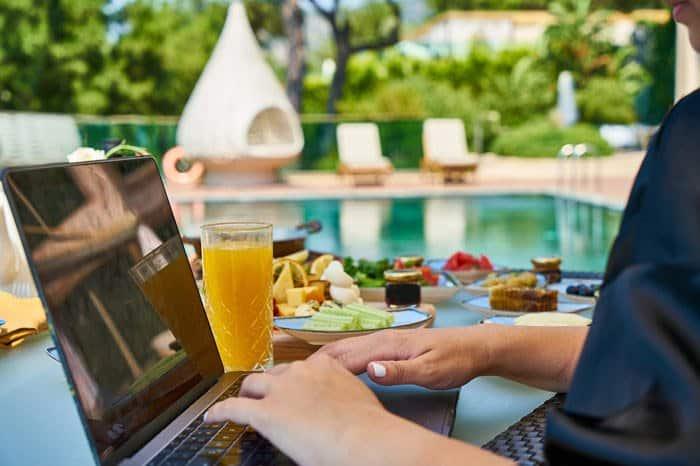 Le rédacteur web freelance travaille quand il veut, comme il veut et d'où il veut
