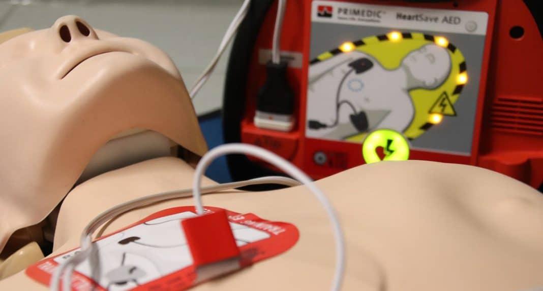 Pourquoi et comment se servir d'un défibrillateur automatique externe (DAE)